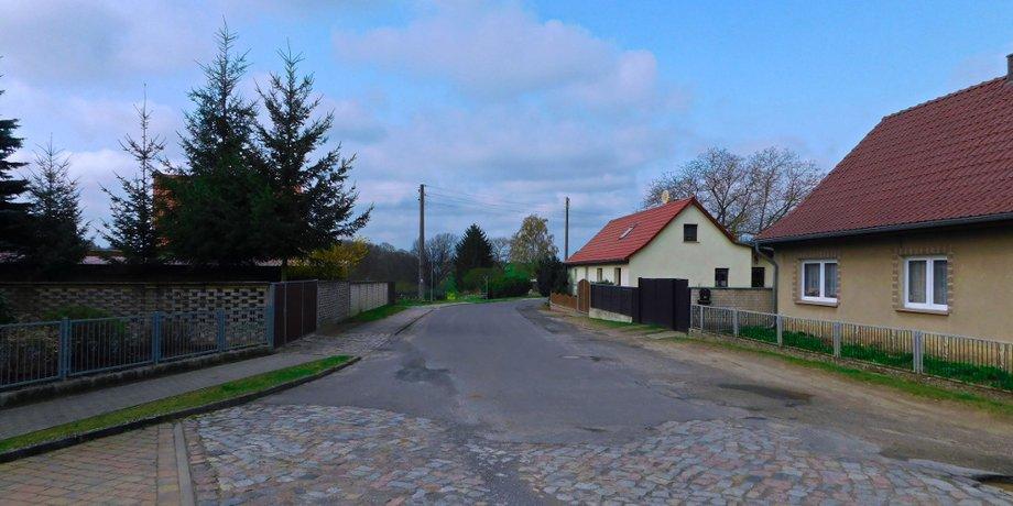 Verlassene Dorfstraße in der Uckermark