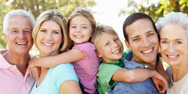 Familie mit mehreren Generationen lacht in die Kamera