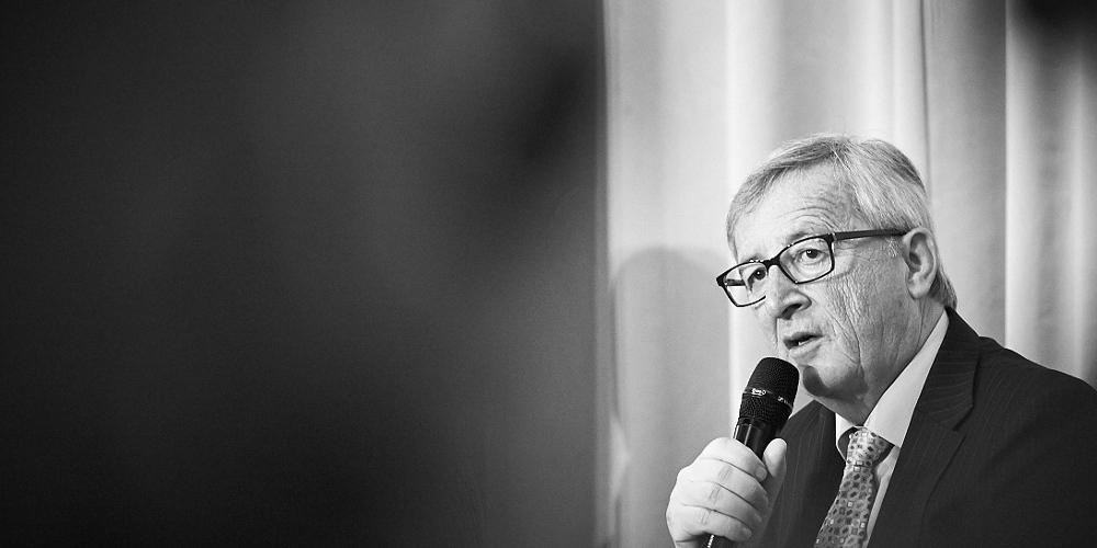 Schwarz-Weiß-Bild von EU-Kommissionspräsident Juncker mit Mikrofon in der Hand