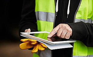 Bauarbeiter mit Tablet-PC
