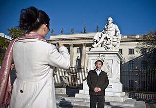 Touristen vor dem Denkmal Wilhelm von Humboldts vor der gleichnamigen Universität in Berlin.