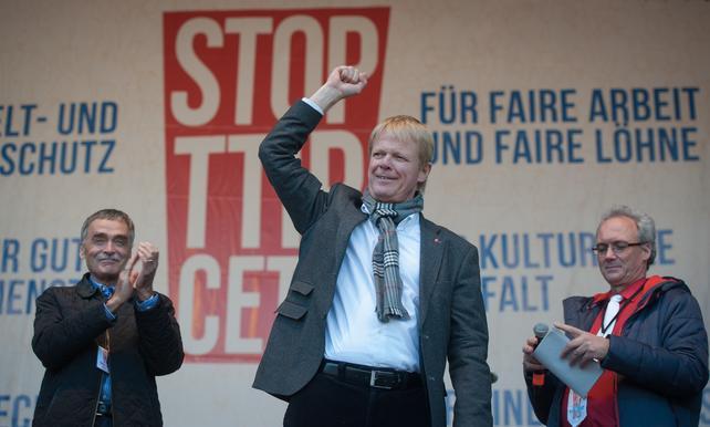 DGB-Vorsitzender Reiner Hoffmann bei der #StopTTIP-Demo am 10.10. in Berlin.