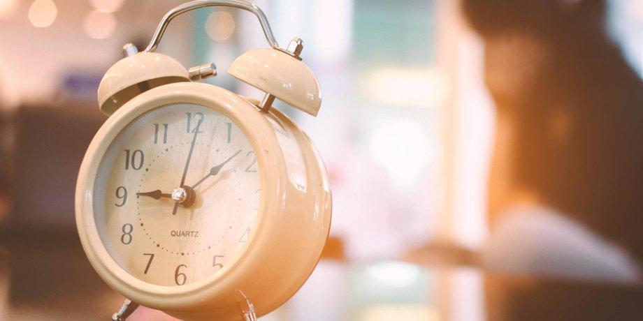 Altmodischer Wecker (Symbolbild für Arbeitszeit, Schichtdienst, Schichtarbeit)