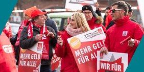 Kind kratzt sich fragend am Kopf
