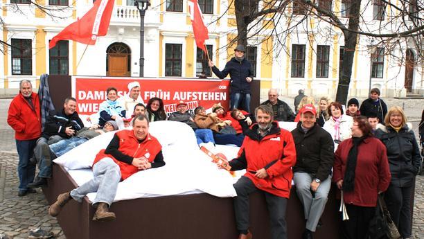Aktion mit Riesenbett vor dem Landtag Sachsen-Anhalt