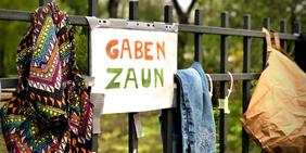 Ein Gabenzaun in Berlin: Auch so zieht Solidarität in der Corona-Krise aus: