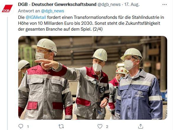 Foto von Reiner Hoffmanns Sommerreise 2021 in Duisburg. Reiner Hoffmann lässt sich das Stahlwerk Thyssenkrupp von Beschäftigten in Arbeitskleidung zeigen.
