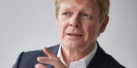 DGB-Vorsitzender Reiner Hoffmann in Gesprächssituation