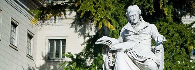 Skulptur von Wilhelm von Humboldt vor der Humboldt-Universität in Berlin