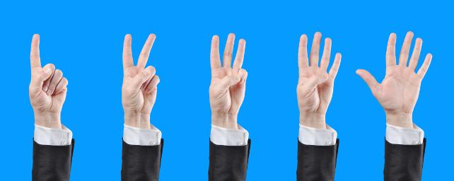 Fünf Hände zeigen die Zahlen 1 bis 5