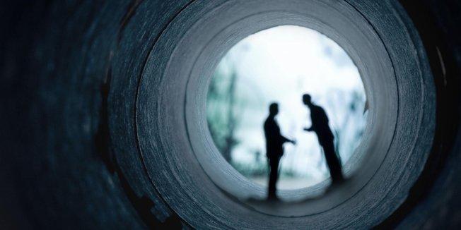 Zwei Männer bei einem geheimen Treffen