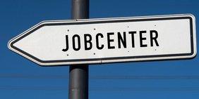 """Wegweiser """"Jobcenter"""" vor blauem Himmel"""