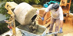 Bauarbeiter mit Betonmischer