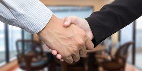 Nahaufnahme Handschlag zweier Geschäftleute