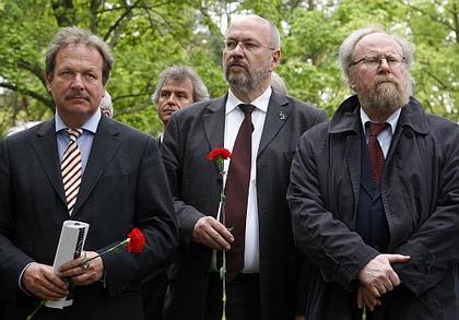 Kamera: Blick von vorn. Motiv: Bsirske, Möllenberg und Thierse stehend mit einer roten Nelke in der Hand.