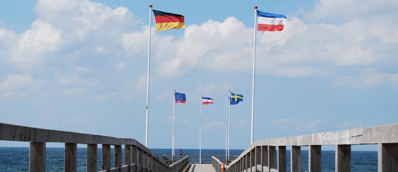 Seebrücke Europaflaggen