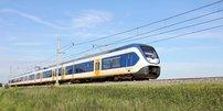 Regionalbahn auf Schienen im Grünen