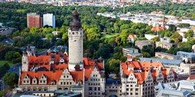Luftaufnahme einer Stadt (Leipzig) mit Rathausgebäude mit Turm im Vordergrund