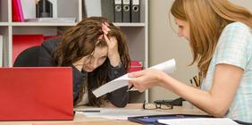 Zwei Frauen streiten im Büro