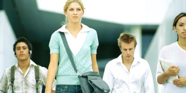 junge Frauen und Männer, Symbolbild Studium