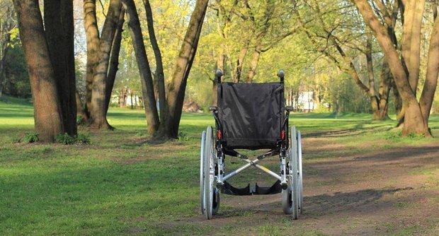 Leerer Rollstuhl im Park
