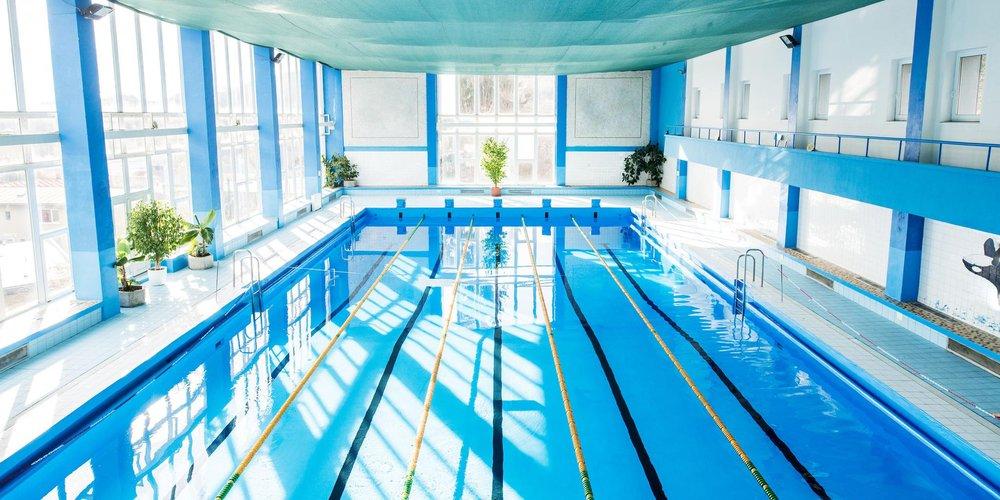 leere öffentliche Schwimmhalle