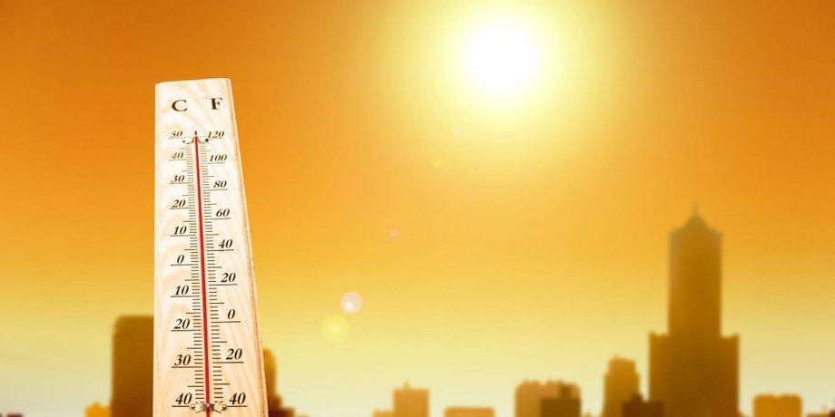 Thermometer mit hoher Temparatur bei gleißender Sonne