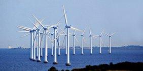 Windräder in einem Offshore-Windpark