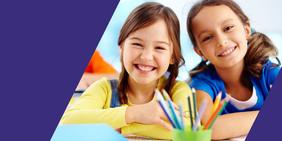 Portrait zwei fröhliche Grundschulerinnen