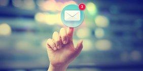 Finger tippt auf virtuelles Mail-Symbol