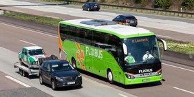 Fernbus auf der Autobahn