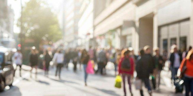 Menschen in Einkaufsstraße, verschwommen