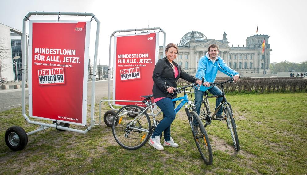 Kampagnenteilnehmer vor dem Reichstagsgebäude in Berlin