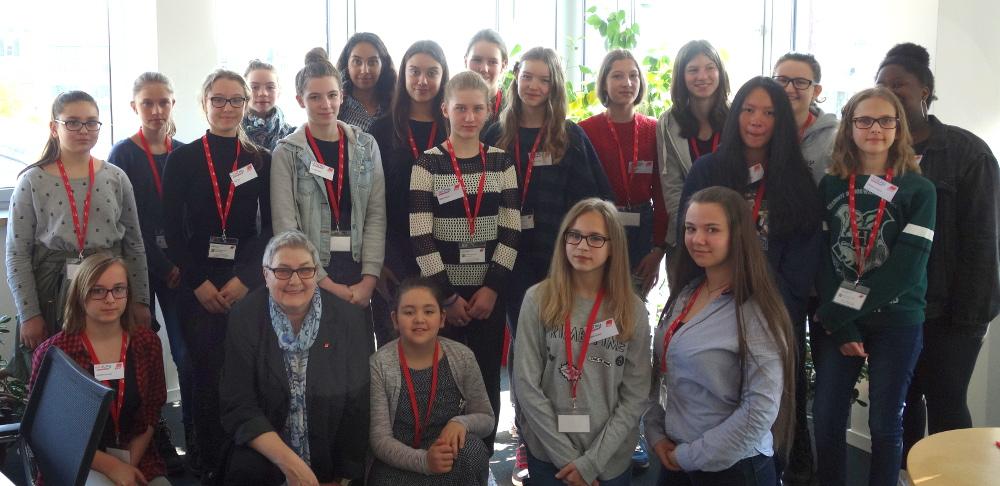Girls'Day beim DGB: Elke Hannack in ihrem Büro mit Schülerinnengruppe