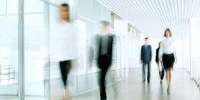 Geschäftsleute gehen einen Flur entlang