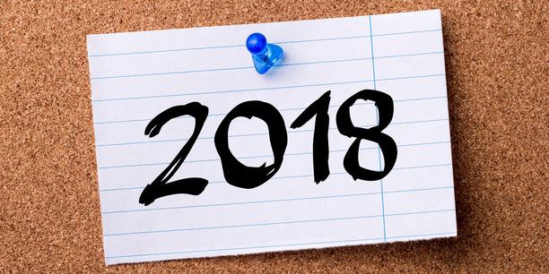 Jahreszahl 2018 auf Notizzettel an Pinnwand geheftet