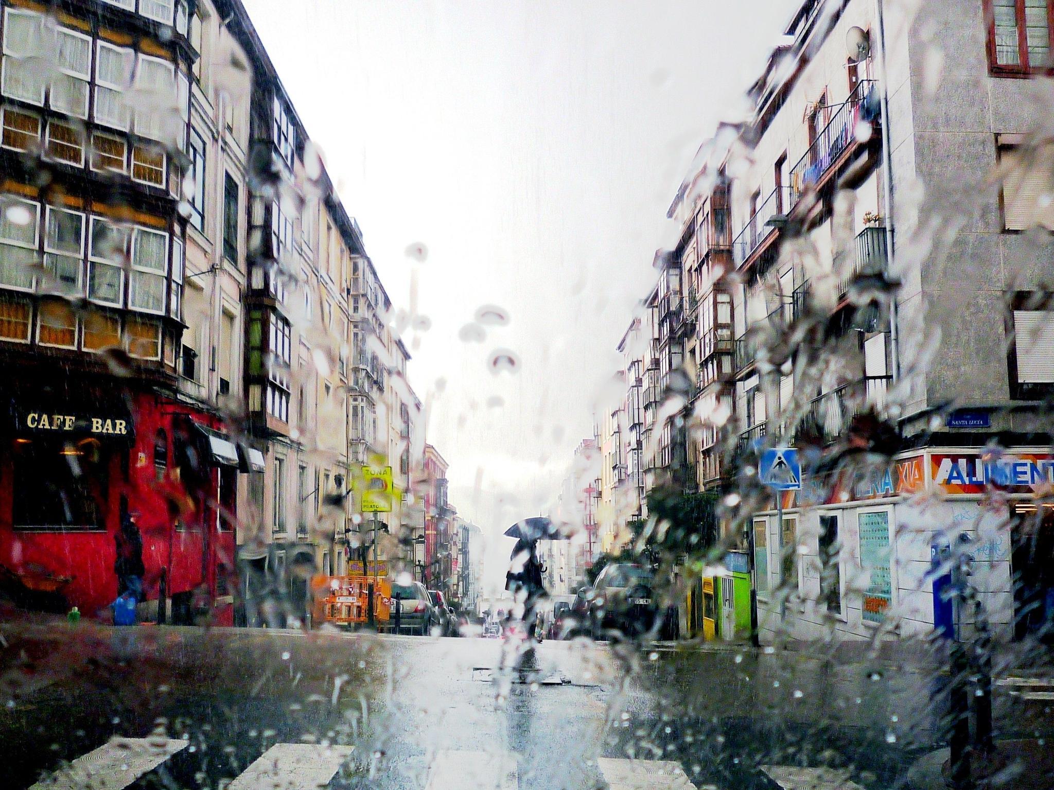 Straße im spanischen Santander bei Regen
