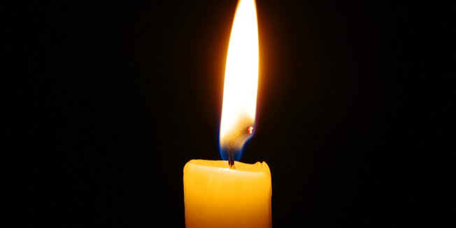 Kerzenflamme vor schwarzem Hintergrund