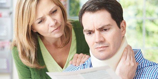 Frau und Mann mit Halskrause schauen bedrückt auf einen Brief