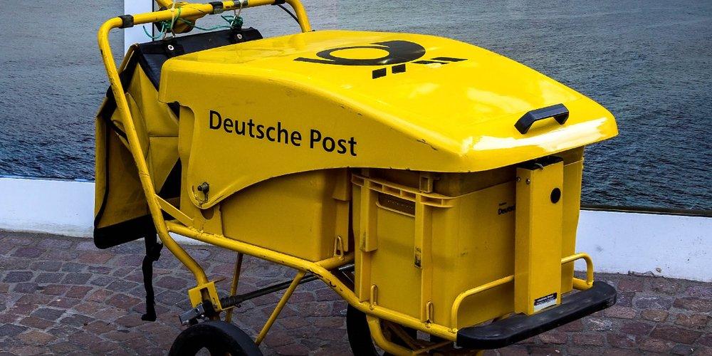 Hand-Wagen eines Briefträgers der Deutschen Post