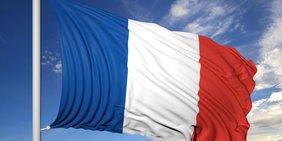 Französische Flagge vor blauem Himmel