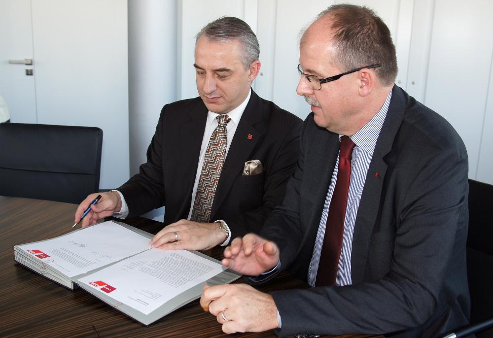 Josef Středula  und Stefan Körzell unterzeichnen gemeinsame Erklärung.
