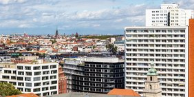 Häuser in Berlin vor blauem Himmel