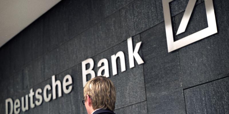 Manager vor Logo Deutsche Bank