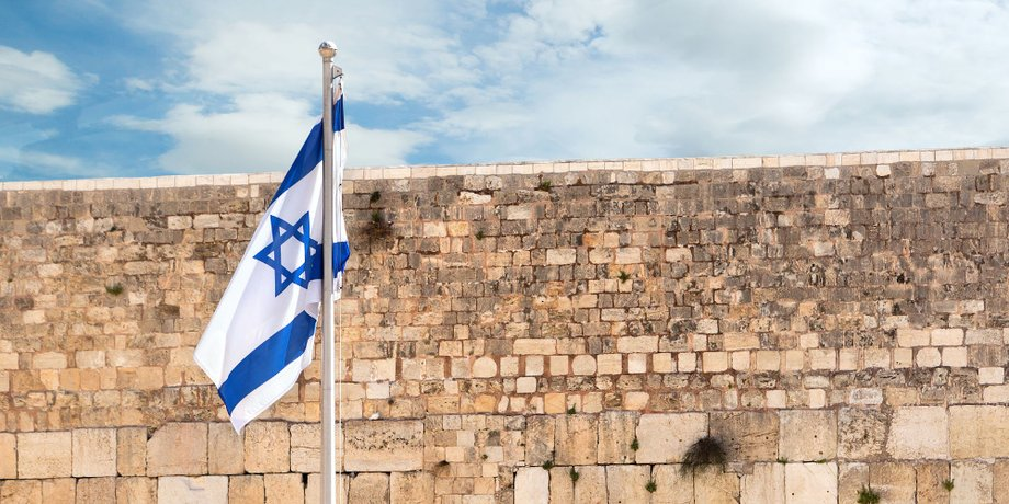 Israelische Flagge und Klagemauer in Jerusalem