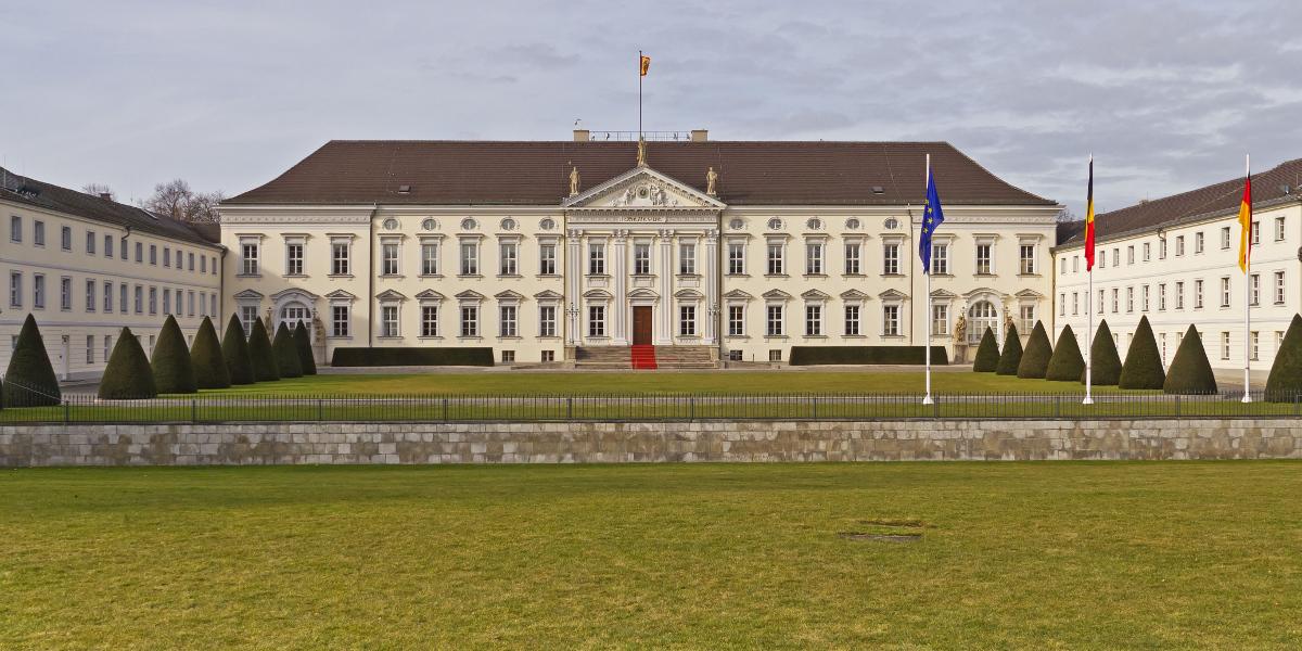 Totale der Vorderseite von Schloss Bellevue in Berlin