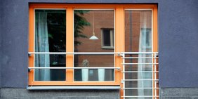 Fassade mit Fenster und Balkon