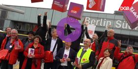 Reiner Hoffmann und Anja Piel mit dem DGB Tempelhof-Schöneberg während des Rentenaktionstag am Südkreuz