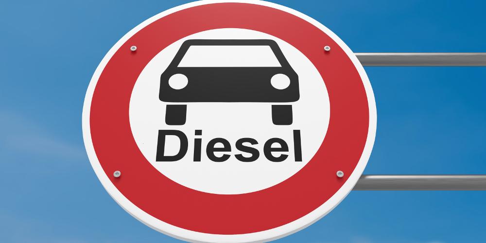 """Einfahrt-Verboten-Schild mit dem Symbol eines Pkw und der Aufschrift """"Diesel"""""""