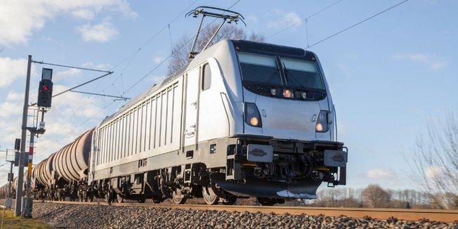 Güterzug fährt auf Schienen